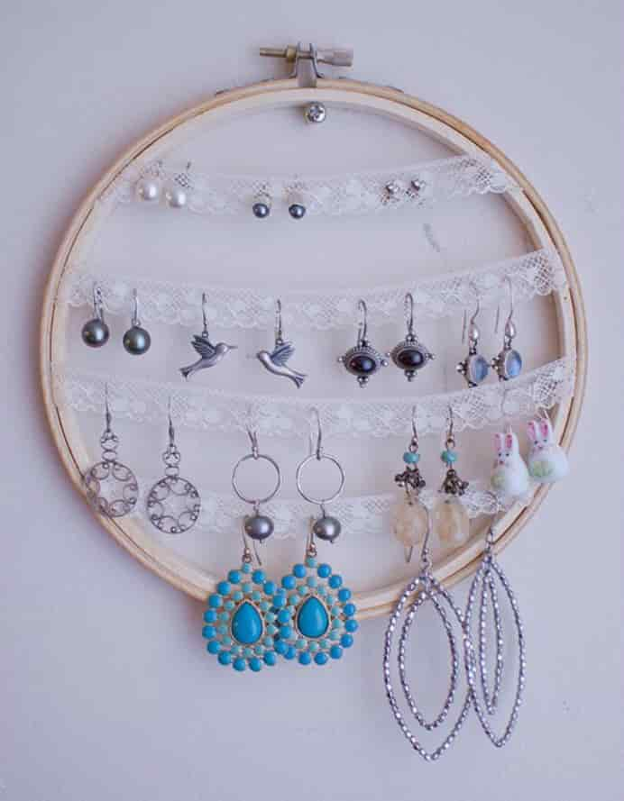 Knitted Bliss Vintage Lace Earring Holder. What a great way to use an embroidery hoop. Please share and make Mondays fun, get our craft inspiration delivered to your inbox - CraftyLikeGranny.com #jeweleryholder #diy #craft