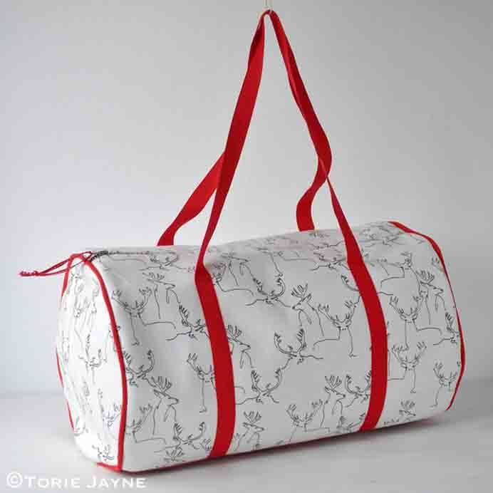 Torie Jayne Duffel Bag Tutorial. A roomy bag that is very versatile. Something you could use for any number of outings. Take a look at Torie Jayne's sewing tutorial. Please share. The best in craft delivered to your inbox every Monday - CraftyLikeGranny.com #sewing