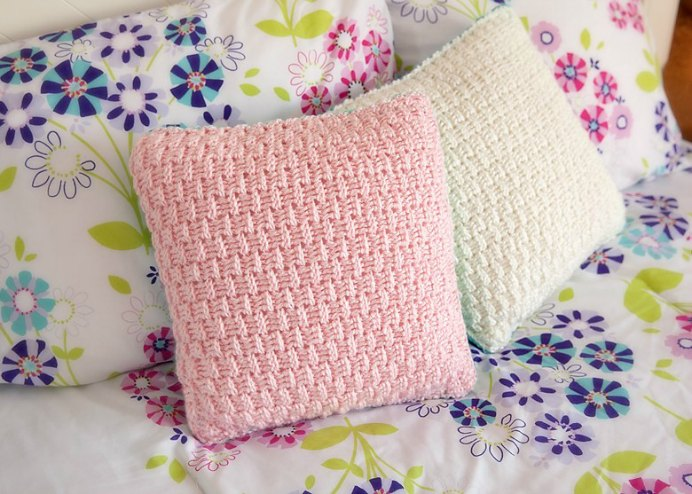 Free Double Sized Pillow Cover Crochet Pattern This is a great idea by Alnaar at LeeLee Knits to incorporate different colors to mix and match. Make 2 pillows with 4 different crocheted color sides to brighten up your bedroom. Please share. You will always look forward to Mondays, with our craft inspiration roundups -CraftyLikeGranny.com #crochet