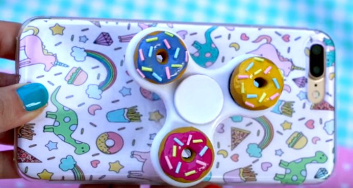 Phone Case Pop Socket Hand Spinner. It never ceases to amaze me what some crafty people can create! This short video from Stephania is worth a look :) Please share. The best in craft delivered to your inbox every Monday - CraftyLikeGranny.com #PopSocket