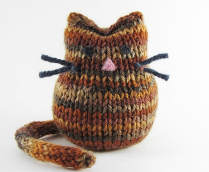 Kitty Cat Knitting Pattern and Tutorial Such a cutie! Beans is the creation and design of Linda at Natural Suburbia. He would make a gorgeous knitted toy gift for someone. Please share and make Mondays fun, get our craft inspiration delivered to your inbox - CraftyLikeGranny.com #knitting #knit #knitting_inspiration