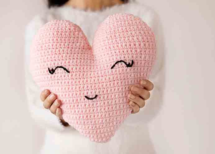 Heart Shaped Pillow Crochet Pattern. Check out Alnaar from Lee Lee Knits gorgeous heart shaped pillow crochet pattern and tutorial. Just puts a smile on your face :) Please share and make Mondays fun, get our craft inspiration delivered to your inbox - CraftyLikeGranny.com #crochet #crocheting #craft