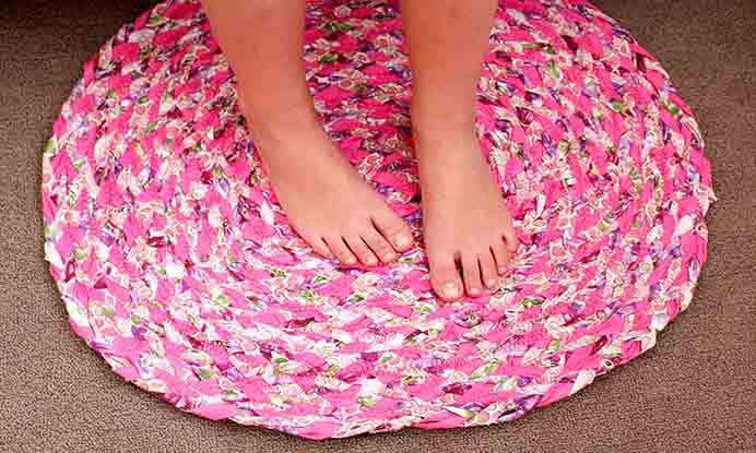 How To Make A Rag Rug. Follow Lorelei at Craftsmumship's tutorial using old fabric to make a rag rug. Only a few supplies are needed and it's an easy craft to make in any size or colour to suit you.Please share. You will always look forward to Mondays, with our craft inspiration roundups -CraftyLikeGranny.com #DIY #Craft