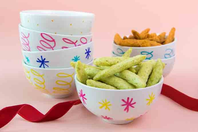 DIY Mini Snack Bowls. These would be a fun gift to make for friends or loved ones. Simple to do and looks so effective! Follow Sarah Hearts DIY tutorial for how to make them.Please share. Make Mondays more manageable and sign up for our craft inspiration newsletter. Delivered to your inbox - CraftyLikeGranny.com #DIY #Craft