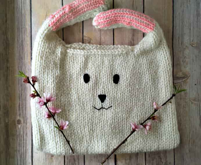 Floppy Bunny Bag - Free Knitting Pattern. How adorable is this knitted bag? Amanda Saladin shares her free knitting pattern with a list of materials and instructions on her website. Please share. Look forward to Mondays with our craft inspiration newsletter. Crafty goodness delivered to your inbox - CraftyLikeGranny.com #knitting #knittingpatternsfree #knittingpatterns