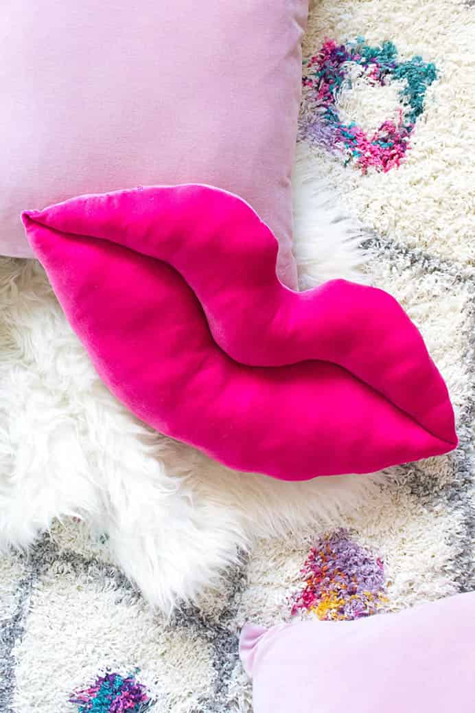 Velvet Lips Pillow Sewing Tutorial. How cute and adorable is this pillow?! Follow Holly's sewing tutorial over at Club Crafted. She assures us that it is easier to complete than it looks! Please share. Sign up to our craft inspiration roundup newsletter and make Mondays more manageable. Fabulous Crafty ideas and projects delivered to your inbox - CraftyLikeGranny.com #sewing #sewinginspiration #sewingtip