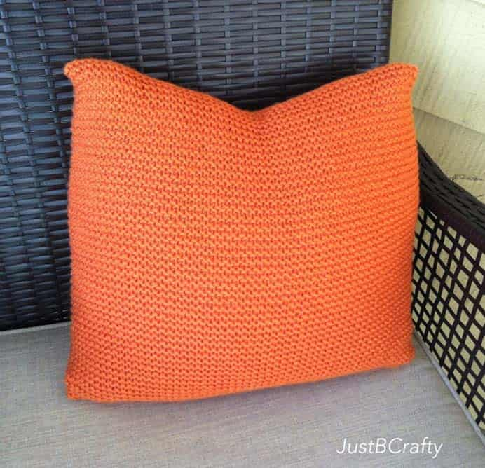 Simple Knit Pillow. This very easy knitted pillow pattern involves multiple knit stitch rows. Perfect for beginner knitters. Make it up in any color that will suit your taste and room decor. Brittany at Just B Crafty has the knitting pattern and tutorial to follow. Please share. Sign up to our craft inspiration roundup newsletter and make Mondays more manageable. Fabulous Crafty ideas and projects delivered to your inbox - CraftyLikeGranny.com #knittingpattern #knitting_tutorial #knitting