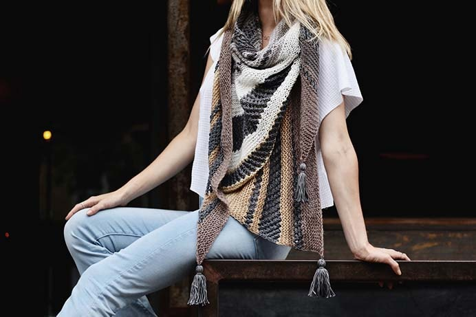 A delightful modern knitted wrap created with uneven stripes and eyelets. Alexandra from Two of Wands shares her free knitting pattern. I love the inclusion of the tassels :) Please share. You will always look forward to Mondays, with our craft inspiration roundups -CraftyLikeGranny.com #knitting #knittingpattern #knitting_guru