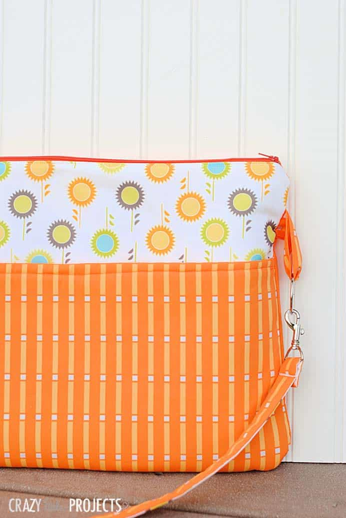 Keeping laptops safe from damage is important. This laptop bag looks great and can be made to suit the color preferences of your student. Follow Amber's sewing tutorial on Crazy Little Projects. Please share. The best in craft delivered to your inbox every Monday - CraftyLikeGranny.com #backtoschoolcrafts #sewingtutorial #sewingpattern