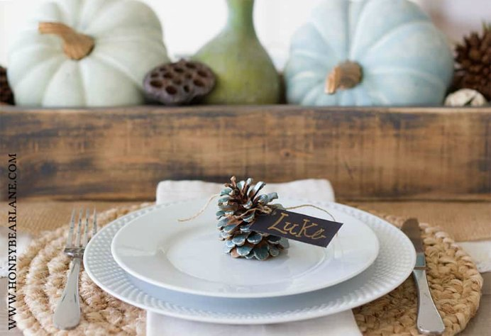 Make your own metallic-green-pinecone-place-card for your Thanksgiving table by Honey Bear Lane. Please share. Make Mondays more manageable and sign up for our craft inspiration newsletter. Delivered to your inbox - CraftyLikeGranny.com #thanksgivingdecorations #thanksgivingcrafts #DIY