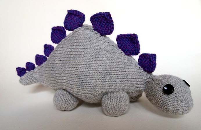 Dinosaur Jnr: Stegasaurus. Katie Boyette Designs has created a knitted softie pattern. It is easy to knit up and the free pattern, with the materials required and instructions are available on her website. Please share. The best in craft delivered to your inbox every Monday - CraftyLikeGranny.com Please share. Look forward to Mondays with our craft inspiration newsletter. Crafty goodness delivered to your inbox - CraftyLikeGranny.com #dinosaurcrafts #knitting #knit_inspiration