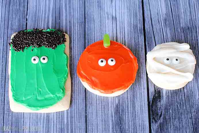 Simple Halloween Sugar Cookies: Pumpkins, Mummies & Monsters. If your family are planning to have a Halloween party, these cookies are fun! Amber from Crazy Little Projects uses mainly store bought ingredients but you could use your favorite sugar cookie recipe and use food coloring to make white icing into orange and green. Follow Amber's tutorial. Please share and make Mondays fun, get our craft inspiration delivered to your inbox - CraftyLikeGranny.com #halloweencraftforkids #halloweencrafts #kidscraft