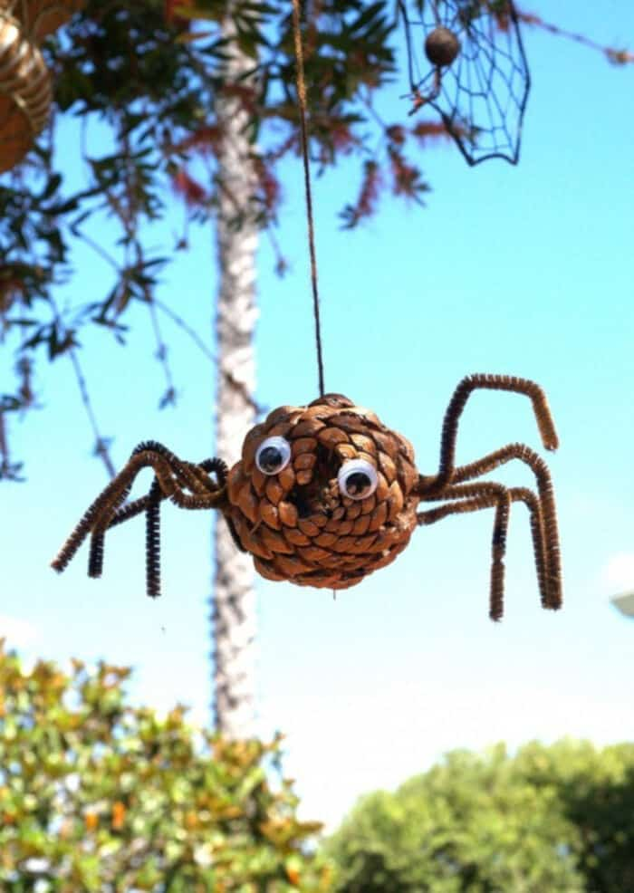 Pine Cone Spider for Halloween by The Magic Onions