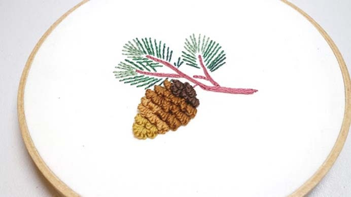 Pine Cone Stumpwork Hand Embroidery. There are written step by step instructions and a video tutorial on Kim Alpaca, to help you create this beautiful pine cone embroidery. Using the technique of Stumpwork, the results look fabulous. Please share. You will always look forward to Mondays, with our craft inspiration roundups -CraftyLikeGranny.com #pineconecraft #embroidery #stitching