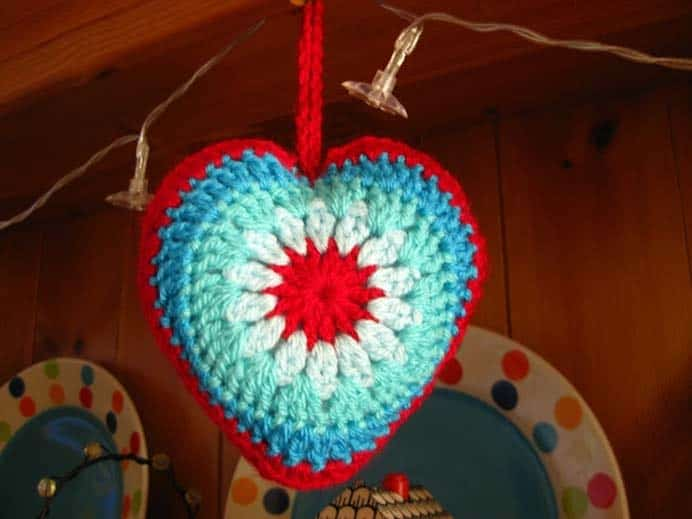 Simple Sunburst Crochet Heart Tutorial. These will add color and fun to your home for Valentine's Day! Follow Jacquie's crochet pattern and tutorial on Bunny Mummy. Please share. Look forward to Mondays with our craft inspiration newsletter. Crafty goodness delivered to your inbox - CraftyLikeGranny.com #valentinesdaycrafts #crochet #crochetpattern